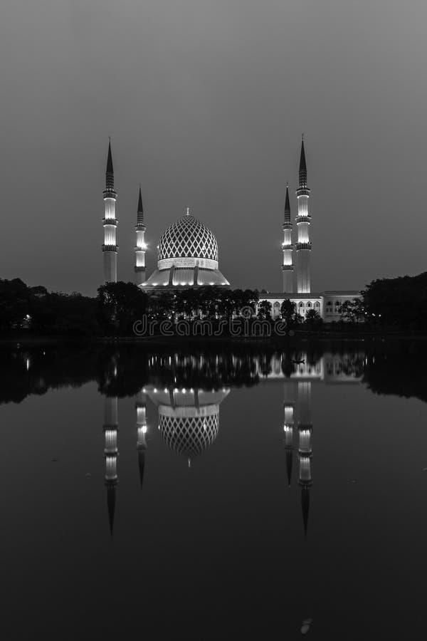 沙阿拉姆,日出时的马来西亚清真寺,湖边的反射 图库摄影