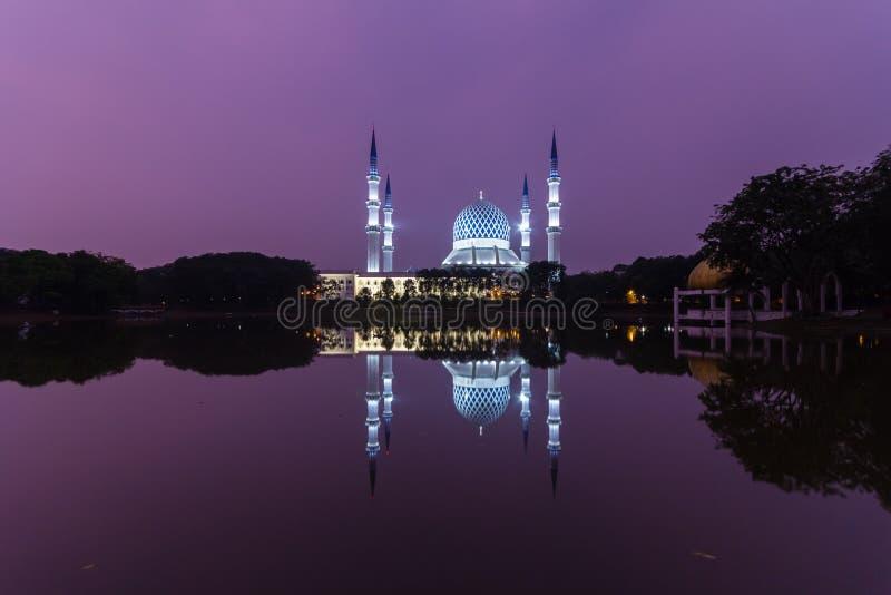 沙阿拉姆,日出时的马来西亚清真寺,湖边的反射 库存照片