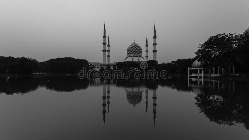 沙阿拉姆,日出时的马来西亚清真寺,湖边的反射 库存图片