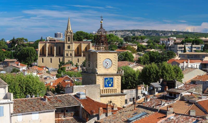 沙龙与教会和钟楼,法国的de普罗旺斯看法  免版税库存图片