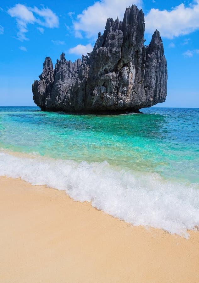 沙滩、海和山海岛风景看法  免版税库存图片