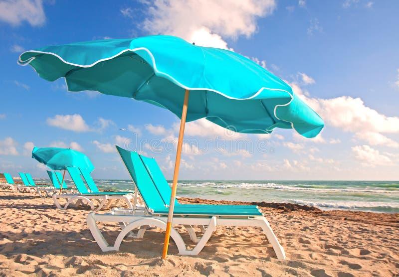沙滩伞和躺椅在迈阿密佛罗里达 库存图片