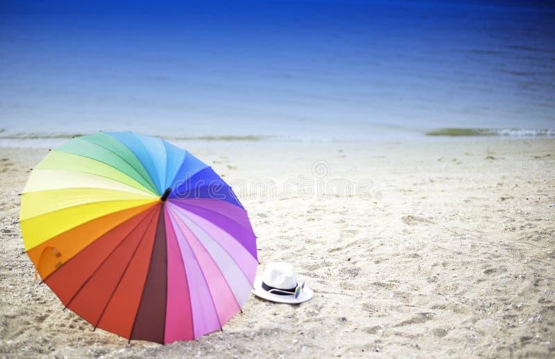 沙滩伞在一个晴天,海在背景中 免版税库存图片