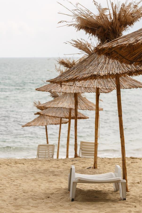沙滩伞由秸杆制成 免版税库存图片