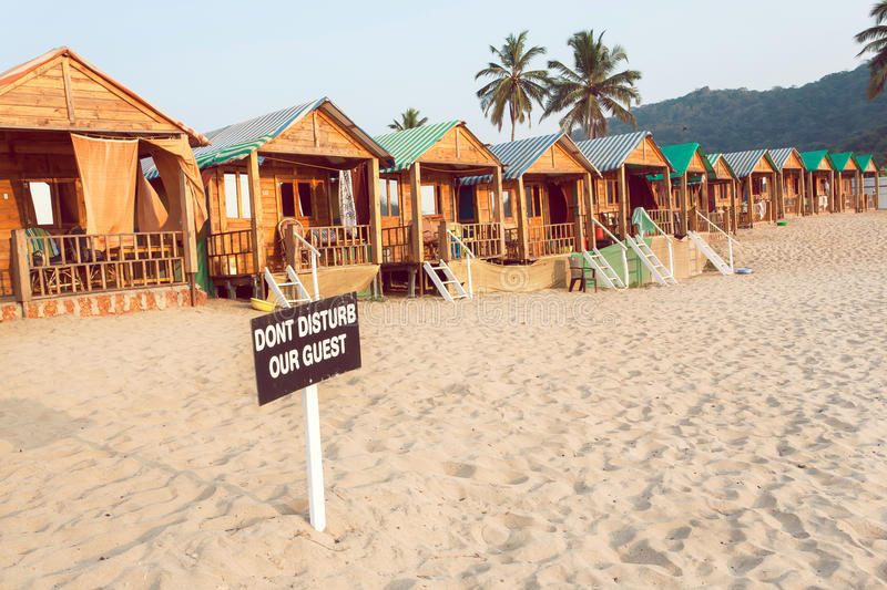 沙滩手段木村庄和客舱与标志的不干扰我们的客人 免版税库存照片