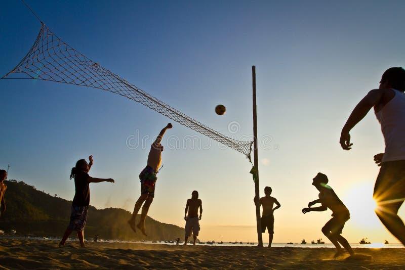 沙滩排球剪影在洛佩斯港 免版税库存图片