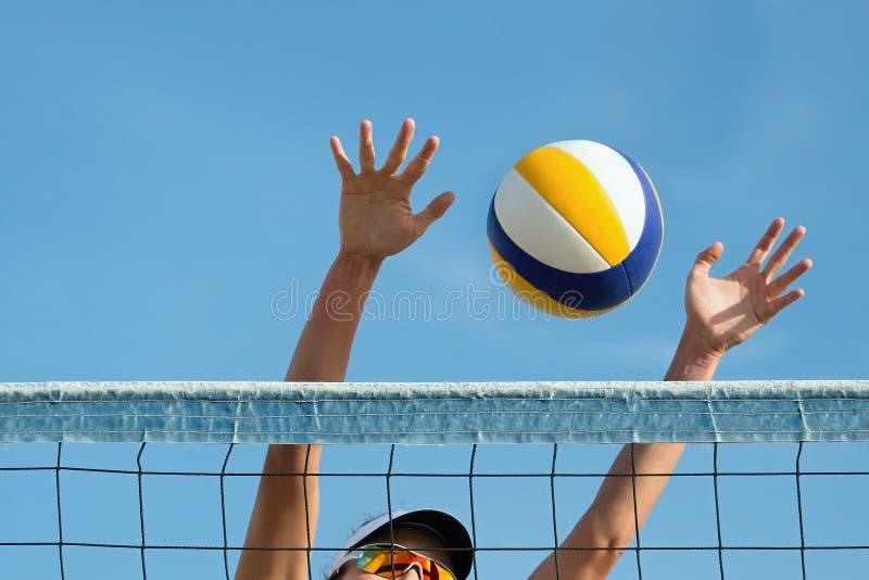 沙滩排球球员跳 免版税库存图片