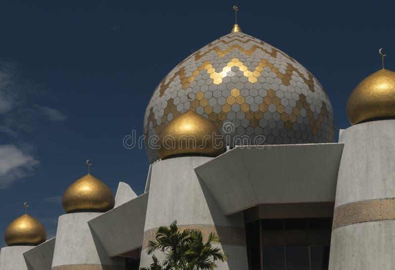 沙巴状态清真寺圆顶和尖塔在亚庇 免版税库存图片