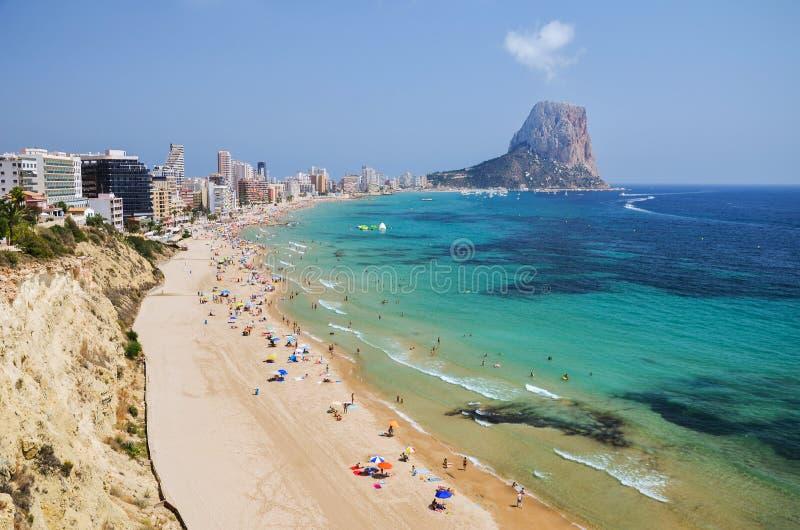 沙滩美丽如画的风景在Calpe,西班牙 免版税库存图片
