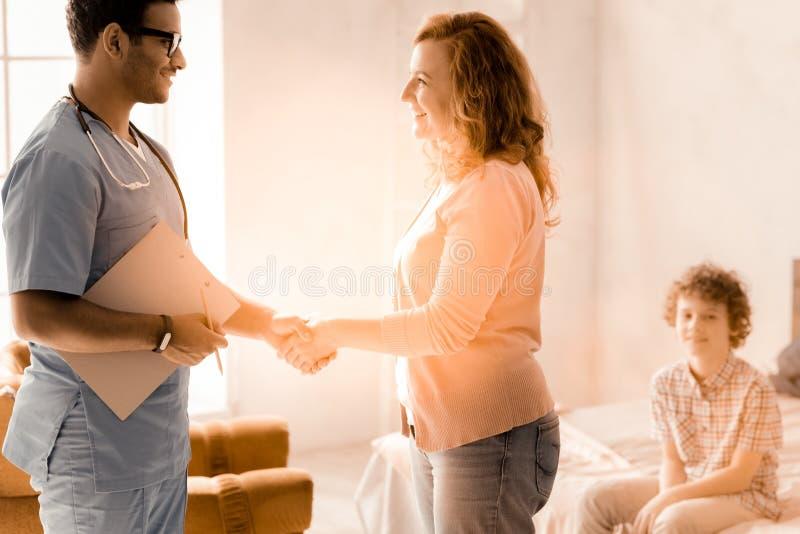 沟通与医生的高兴女性 库存照片