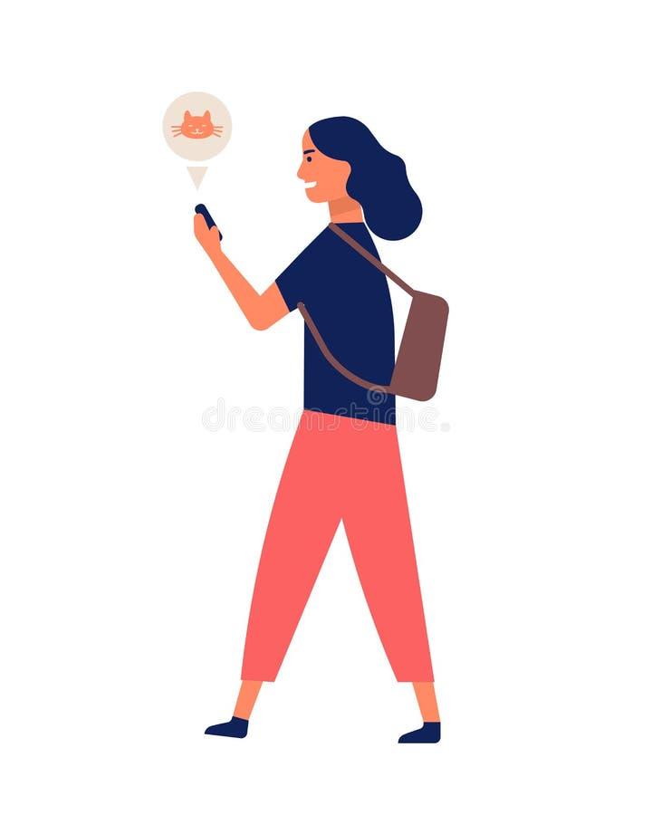 沟通通过智能手机的滑稽的年轻女人,当走时 愉快的手机的女孩冲浪的互联网 网上或 向量例证