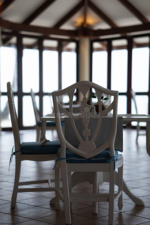 没人在餐馆 偏僻的椅子和桌 雨季在马尔代夫 免版税库存照片
