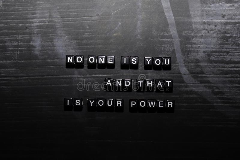 没人是您,并且那是您的在木块的力量 教育、刺激和启发概念 库存例证