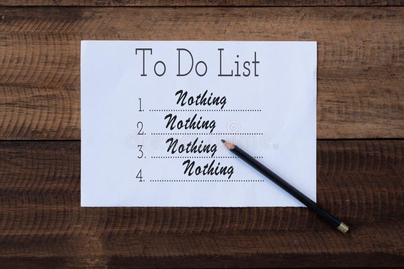 没什么做在纸的名单 做关于木背景的名单笔记 免版税库存图片