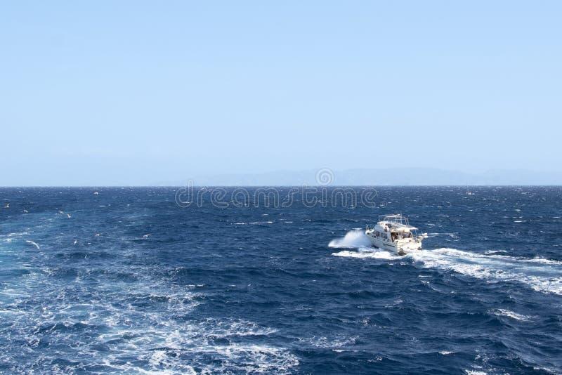 没有一个风帆航行的白色游艇在地中海的波浪 免版税库存图片