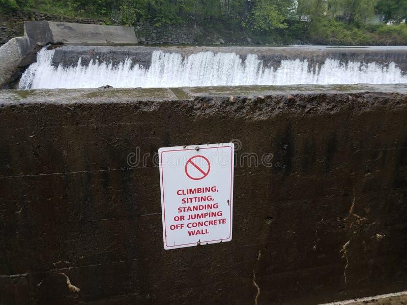 没有上升的开会或站立或者跳跃墙壁标志和瀑布 图库摄影
