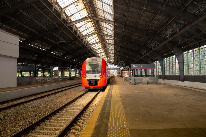 没有乘客的火车站平台 免版税库存照片
