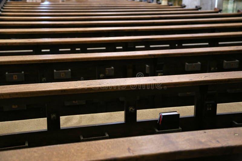 没有人的空的老和木教会座位 免版税库存图片