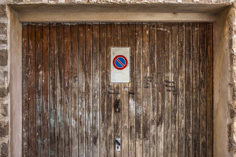 没有停车处标志的车库门 图库摄影