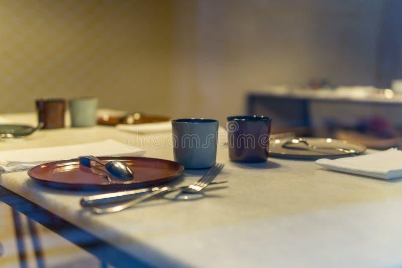 没有吃的人的准备的桌有温暖的背景在餐馆 库存照片