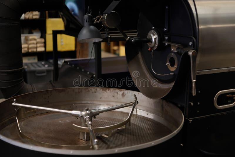 没有咖啡豆的减速火箭的烘烤机器 库存图片