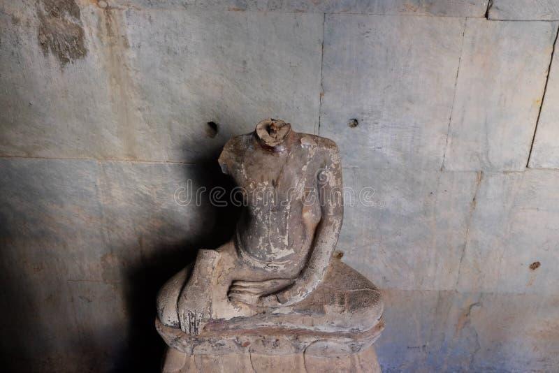 没有头的菩萨雕象 古老损坏的雕塑在吴哥窟 图库摄影