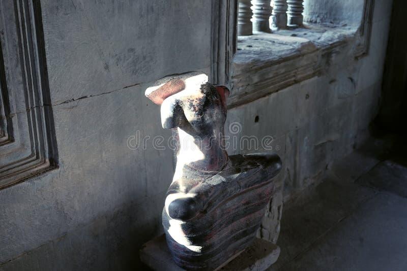 没有头的菩萨雕象 古老损坏的雕塑在吴哥窟 免版税库存图片