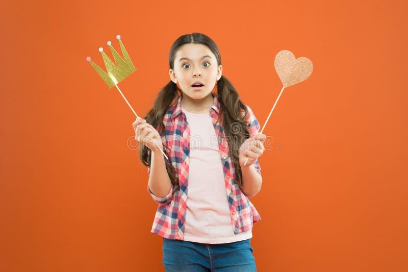 没有奖励的期望 女孩藏品支柱冠和心脏在棍子作为喜爱的奖励 逗人喜爱的微型错过 免版税库存照片