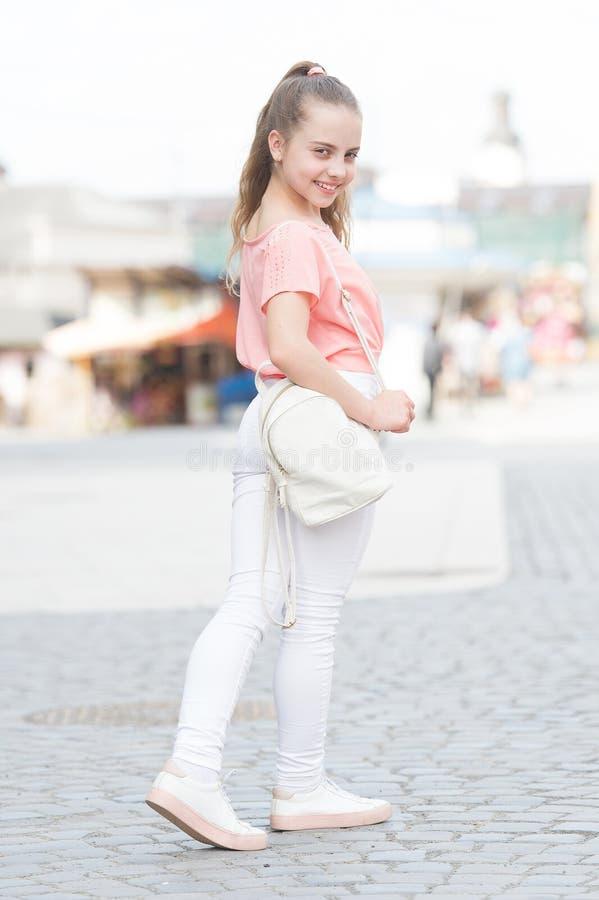 没有妥协在样式 一点有美好的长发发型的逗人喜爱的孩子 可爱的小女孩以街头时尚 图库摄影