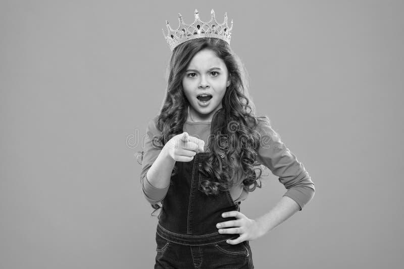没有您的公主 孩子佩带公主的金黄冠标志 女孩可爱宝贝穿戴冠,当在蓝色背景时的立场 库存照片