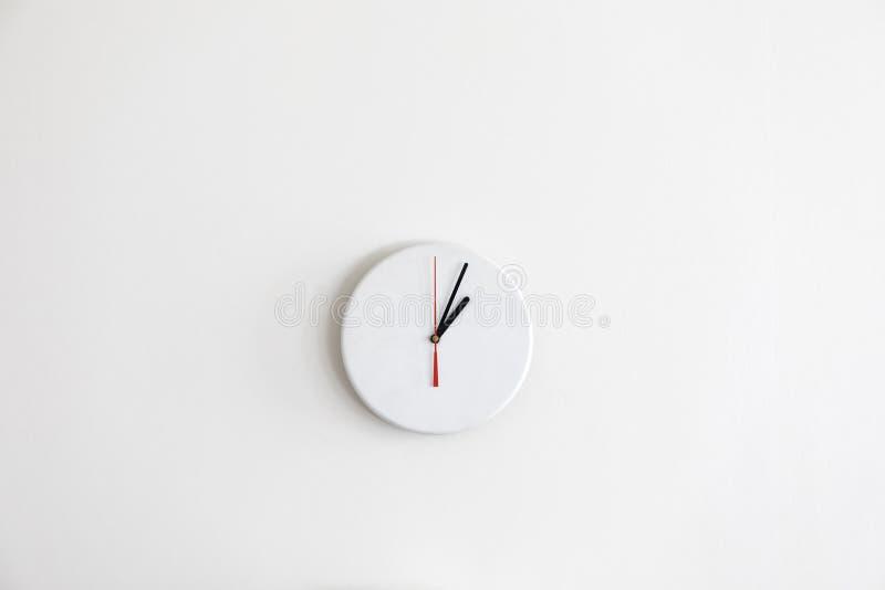 没有数字的一个Minimalistic现代白色时钟 库存照片