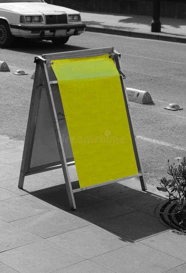 没有数据的黄色塑料标志在街道 图库摄影