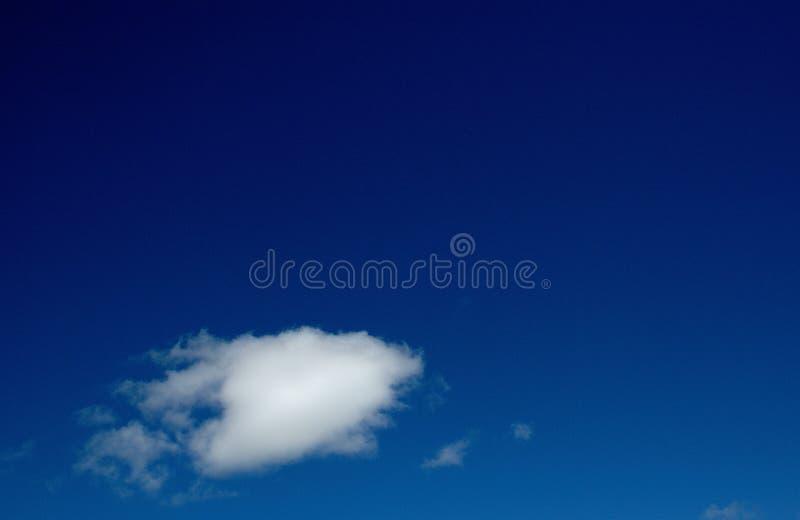 没有有点的纯净的天空蔚蓝写云彩 免版税库存照片