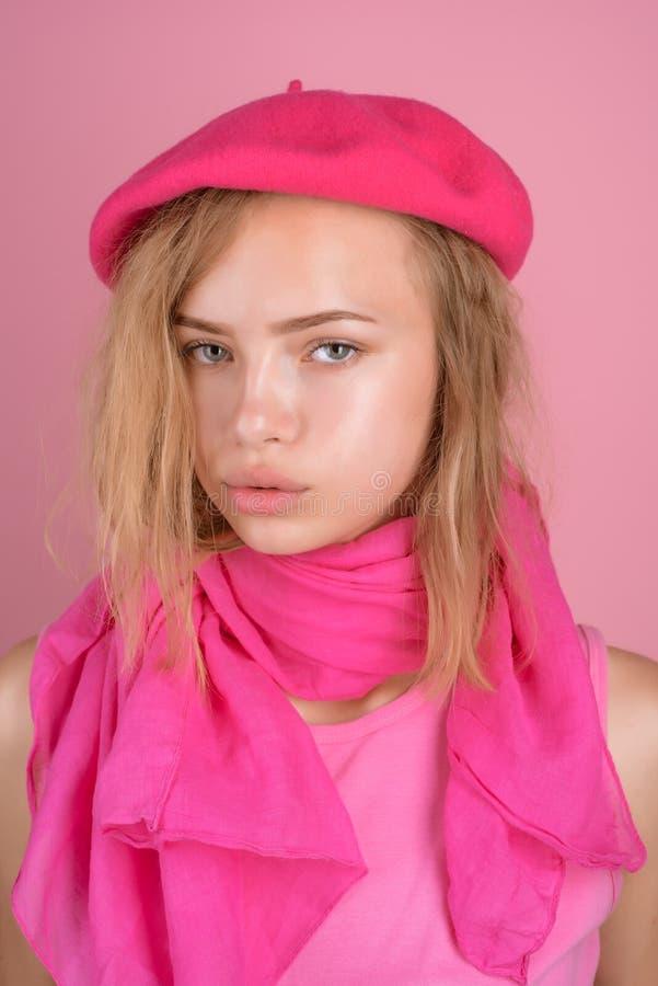 没有构成构成 女孩穿戴法国人样式 没有构成的俏丽的女孩 法国魅力和别致 那里样式被创造 库存照片