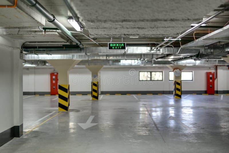 没有汽车的地下停车处 免版税库存照片