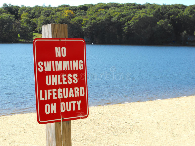 没有游泳,除非救生员当班海滩标志 库存图片
