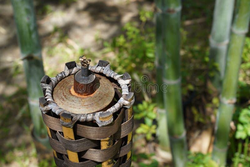 没有火的竹火炬在庭院里在中午 免版税库存图片