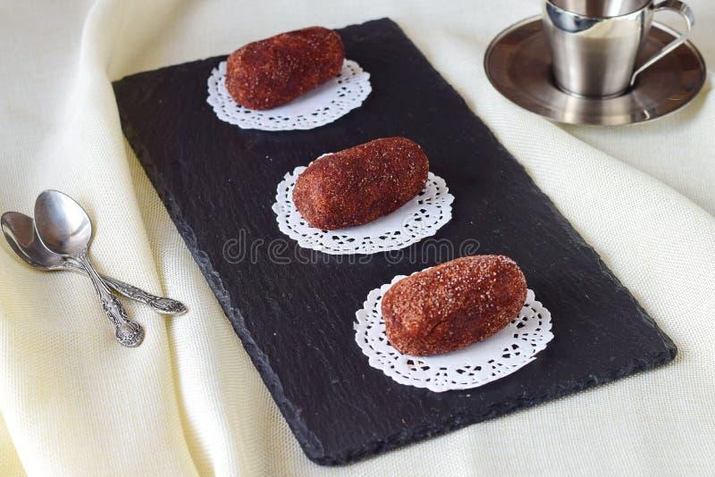 没有烘烤名为土豆的自创蛋糕在一个黑瓦片 选择聚焦 库存照片
