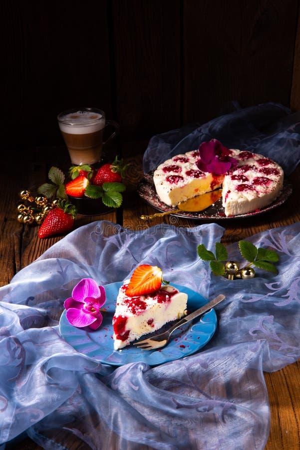 没有烘烤的美丽和鲜美乳酪蛋糕用草莓 免版税库存照片