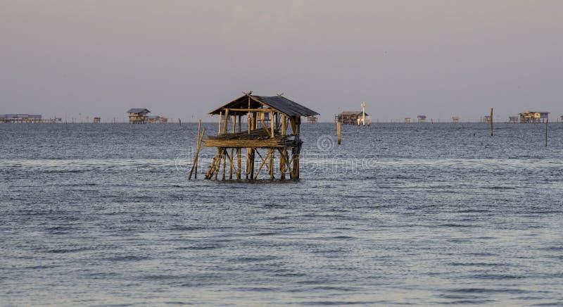 没有窗口的偏僻的小屋和门在海 免版税图库摄影