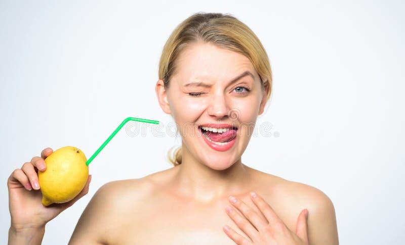 没有补充的柠檬水食谱 感受真正的口味 健康生活方式和有机营养 柠檬水维生素饮料 图库摄影