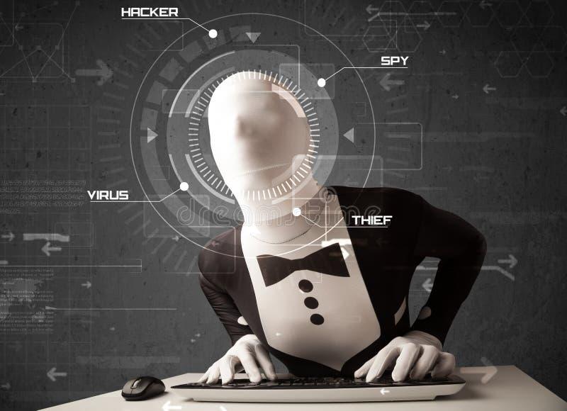没有身分的黑客在乱砍人的未来派环境里 免版税库存图片