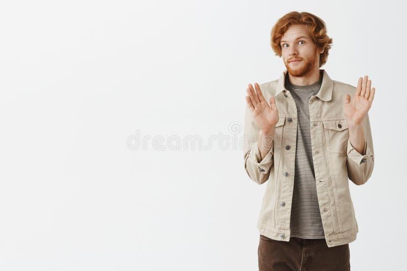 没有进攻抱歉的好朋友 强烈的红头发人男性画象与胡子感觉笨拙微笑的紧从难受上升 图库摄影