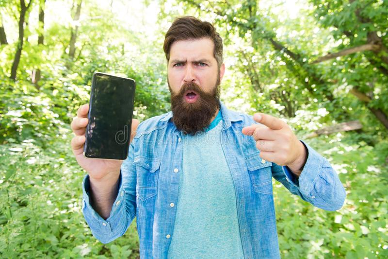 没有连接 恼怒的有胡子的manon电话 有胡子的成熟行家指向手指的 在森林残酷人得到丢失与 库存图片