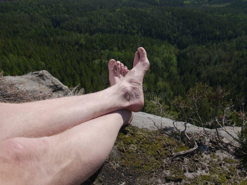没有鞋子的疲乏的徒步旅行者腿 人徒步旅行者腿 图库摄影