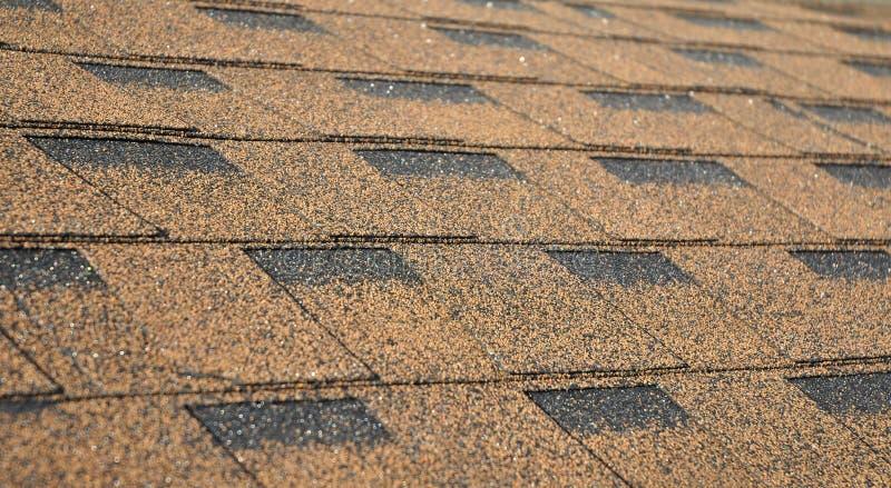 沥青盖软的焦点照片 关闭在沥青屋面木瓦背景的看法 屋顶木瓦-屋顶建筑 免版税库存图片