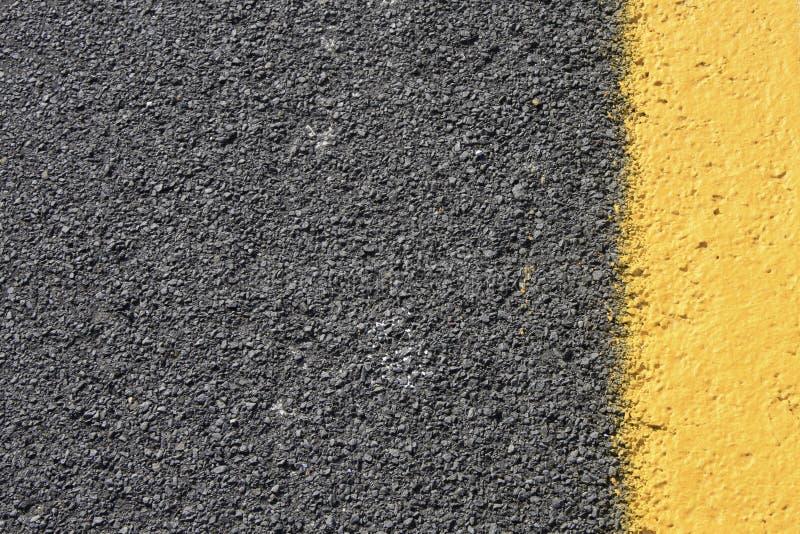 沥青背景黑暗的灰色路黄色 免版税库存图片