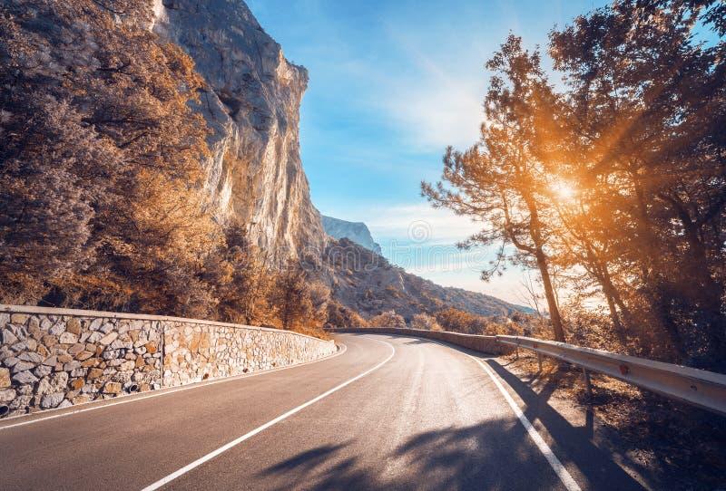 沥青详细形成路正方形人员结构 与美丽的绕山的五颜六色的风景 库存照片