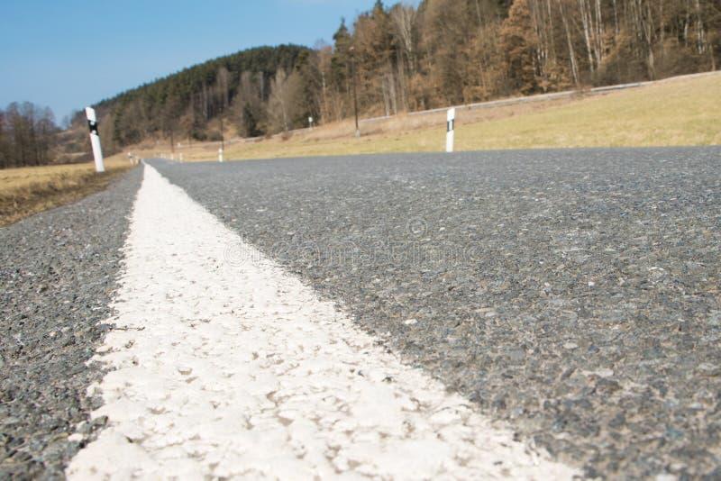 沥青路和细节与反射器岗位的 免版税库存照片