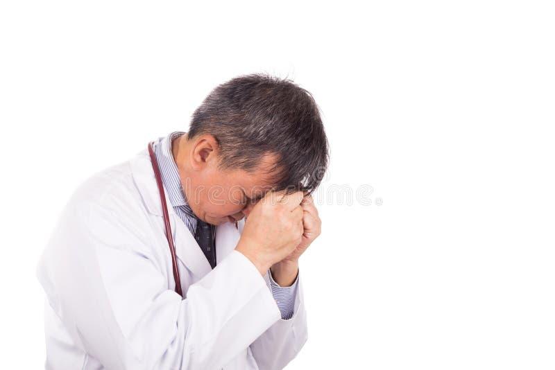 沮丧和失望的亚裔医生用在fo的手 免版税图库摄影
